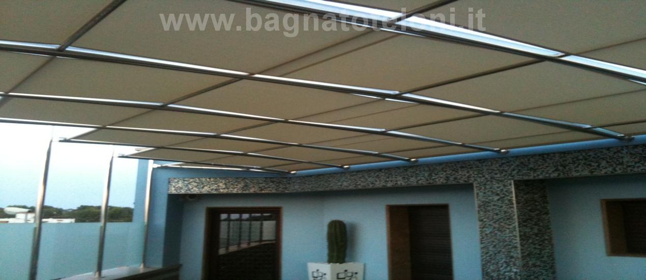 Tenda da sole per terrazza realizzata in tessuto Soltis su struttura portante in acciaio